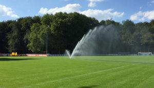 Was kostet die Sportplatzberegnung und Sportplatzbewässerung eines Fußball- oder Hockeyplatzes. Kosten, Finanzierung und Förderprogramme.