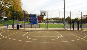 Outdoor Sportboden für Basketball oder für die Nutzung als Multicourt Spielfeld. Was kostet ein Outdoor Bodenbelag und mit welchen Kosten müssen Vereine und Kommunen bei der Sanierung des Sportboden rechnen?