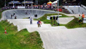 Pumptrack bauen: Kosten für den Bau eines Pumptrack im Rahmen eines Skateparks. Pumptrack aus Beton für BMX und Skateboardfahrer