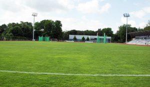 Sportplatzbau: Kosten für Kunstrasen, Naturrasen und Hybridrasen.