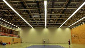 Ballwurfsicher LED Leuchten für die Sporthalle oder Turnhalle. LED Sporthallenbeleuchtung und Tennishallenbeleuchtung