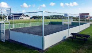 Soccer Court kaufen: Was müssen Vereine und Städte beim Kauf eines Soccer Courts mit Kunstrasen oder Sportboden beachten. Welche Kosten entstehen beim Kauf des Soccer Courts und welche Preise bieten Hersteller für einen Soccer Court inkl. Toren, Netzen und Bandensystem an.