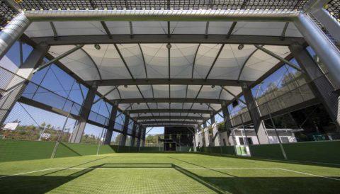 Freilufthalle mit Soccer Court und Kunstrasen Spielfeld. Kosten für die Freilufthalle kalkulieren.