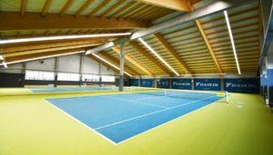 Tennishallenbeleuchtung und ballwurfsichere Leuchten für die Tennishalle. LED Leuchten für den Tenniscourt